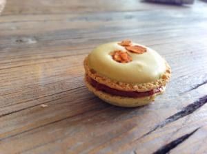 Nougat- Erdmandel Macarons